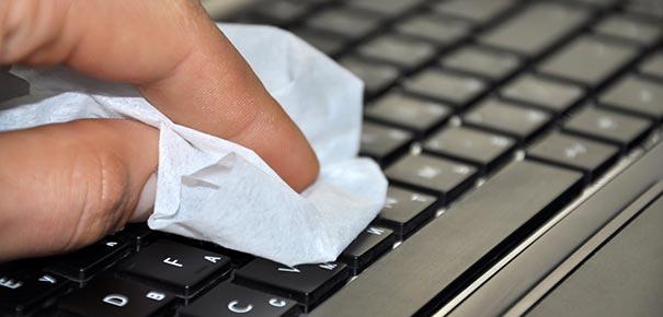 Boissons, poussières... Comment nettoyer son ordinateur ? - Darty & Vous