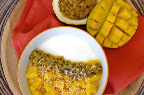 Panna cotta au lait de coco, mangue fraiche et maracuja - Recette exotique signée Juliette Lalbaltry