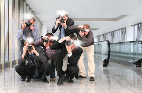 Des paparazzi font crépiter les flashes