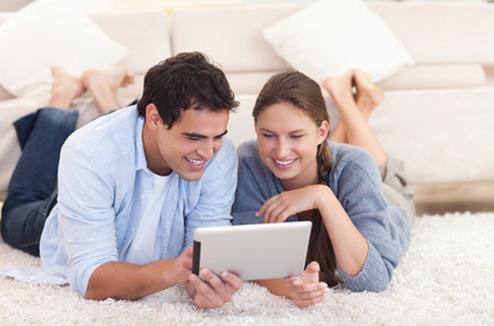 Deux personnes utilisant une tablette tactile