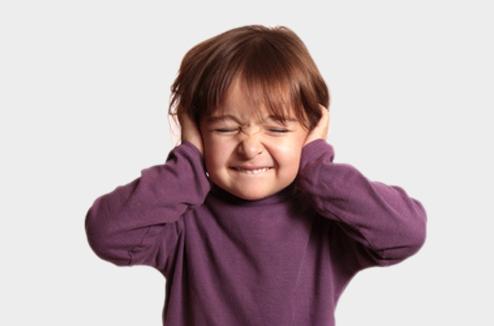 Une petite fille se bouche les oreilles