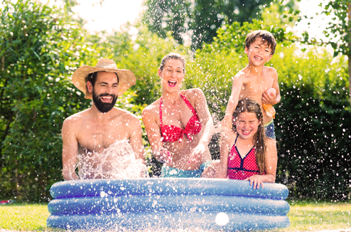 Une famille dans une petite piscine