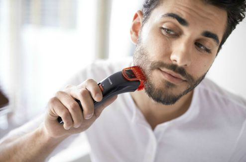 Un jeune homme qui tond sa barbe