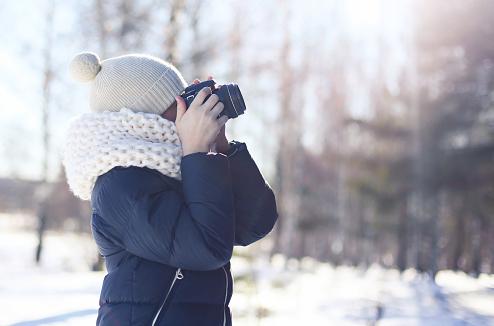 Une fille à la neige photographie au reflex
