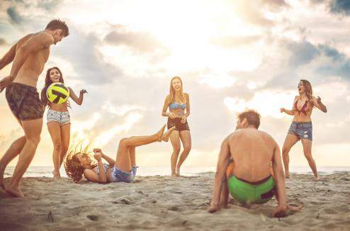 Un groupe d'amis joue sur la plage