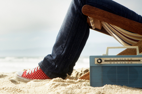 Sieste sur la plage avec un poste de radio vintage
