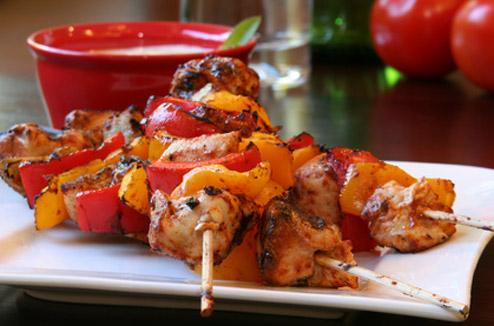 Brochettes de volaille et légumes d'été au barbecue
