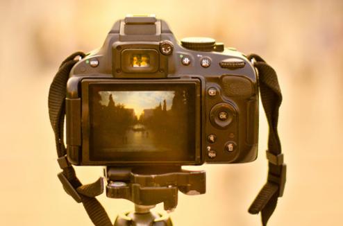 Un appareil photo reflex sur un trépied