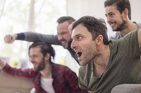 Regarder le foot à la TV entre amis