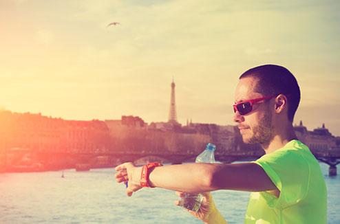 Runner avec une montre sport à Paris