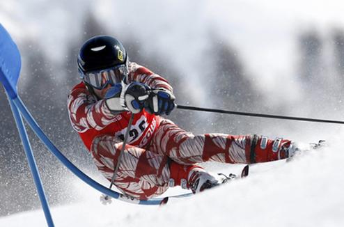 Un skieur en compétition