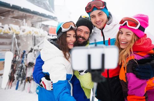 4 amis font un selfie au ski avec une perche