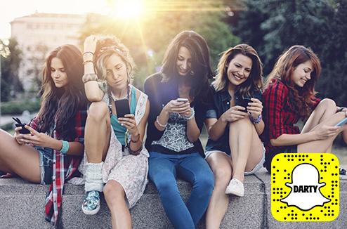 Personne qui utilise Snapchat sur un téléphone mobile