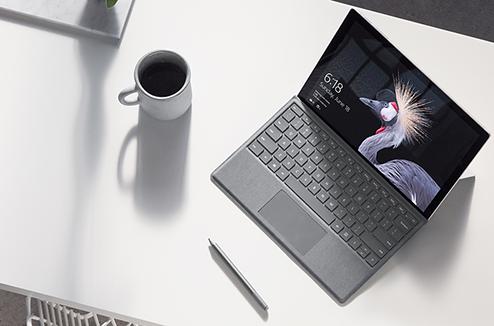 Surface Pro 2017 sur un bureau