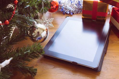 Tablette tactile sous un sapin de Noël