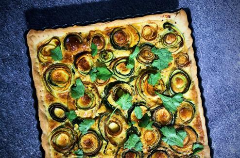 Tarte spirale aux épluchures de légumes, moutarde à l'ancienne et coriandre