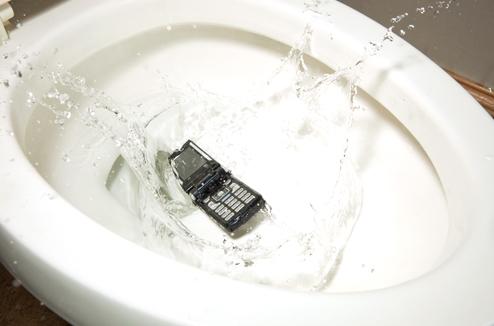 Mon téléphone est tombé dans l'eau : que faire ?