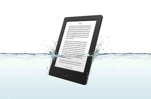 Liseuse ebook Kobo Aura H2o dans l'eau