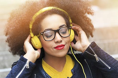 Mélomane qui écoute de la musique