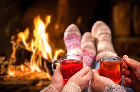 Personnes devant une cheminée en hiver