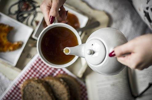 Verser du thé avec une théière